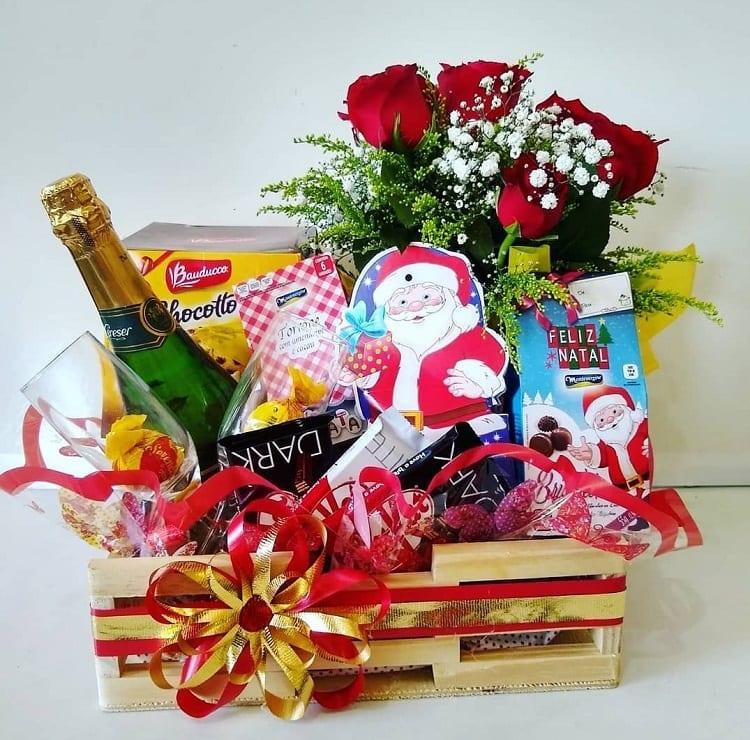 cesta de Natal com buquê de rosas