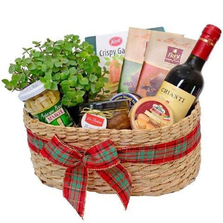 vaso de planta e alimentos em cesta de vime