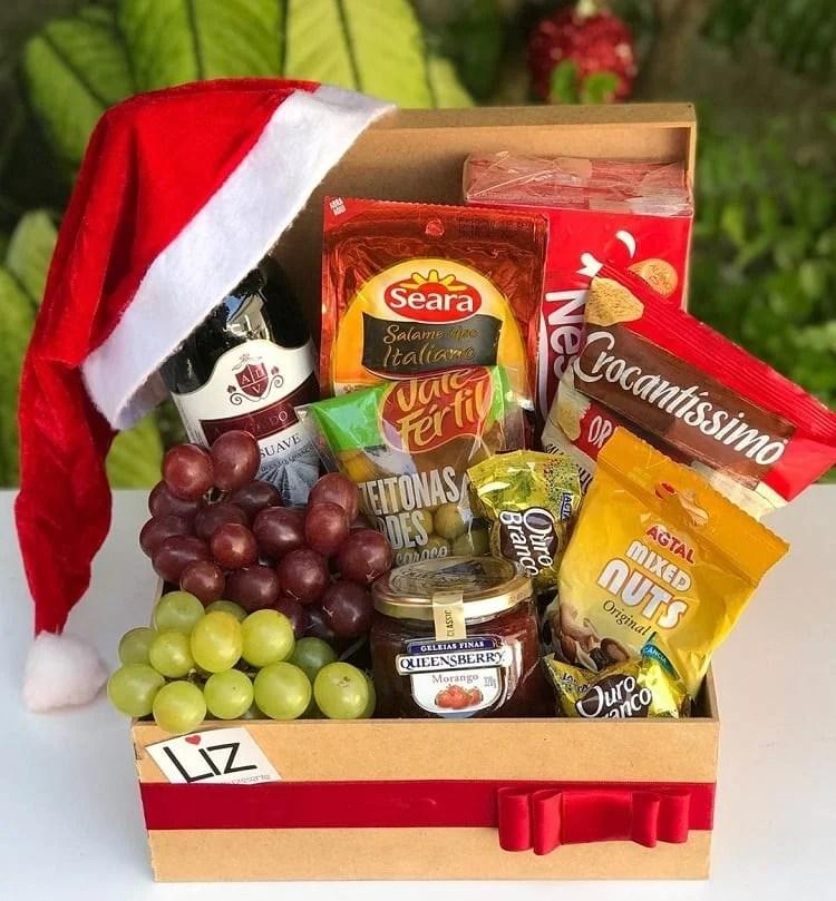 caixa com uvas frescas, azeitonas, nozes, geleia e biscoitos