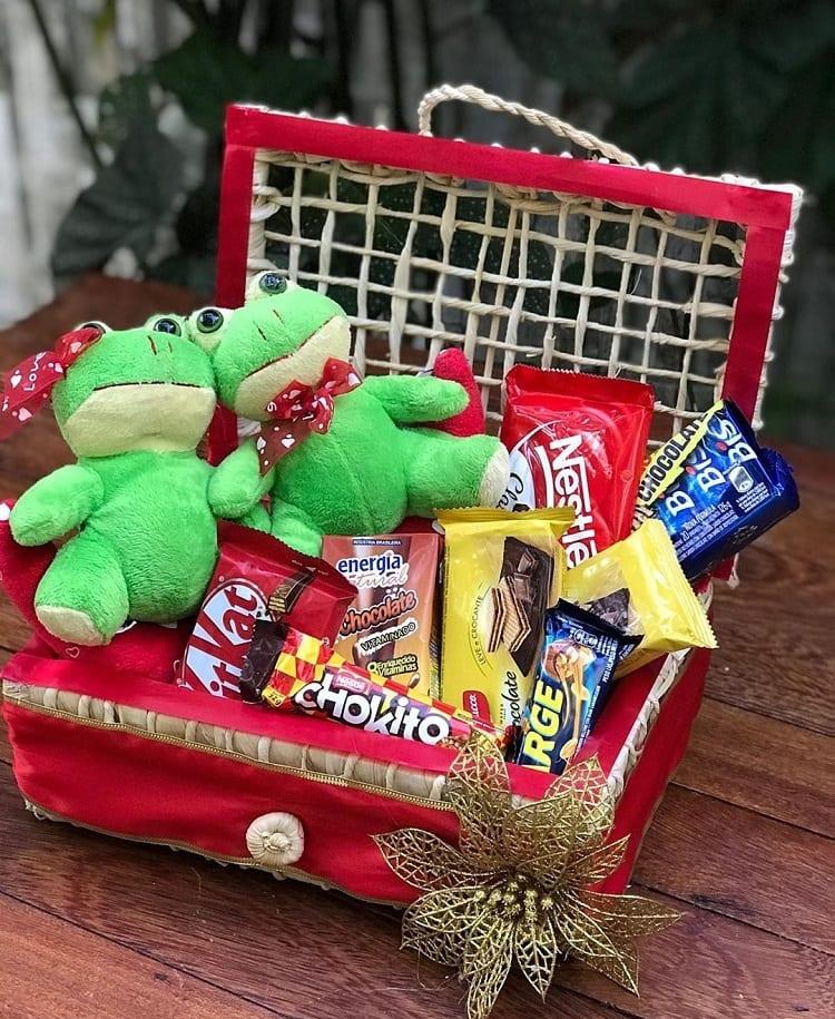 cesta romântica com sapos de pelúcia e chocolates
