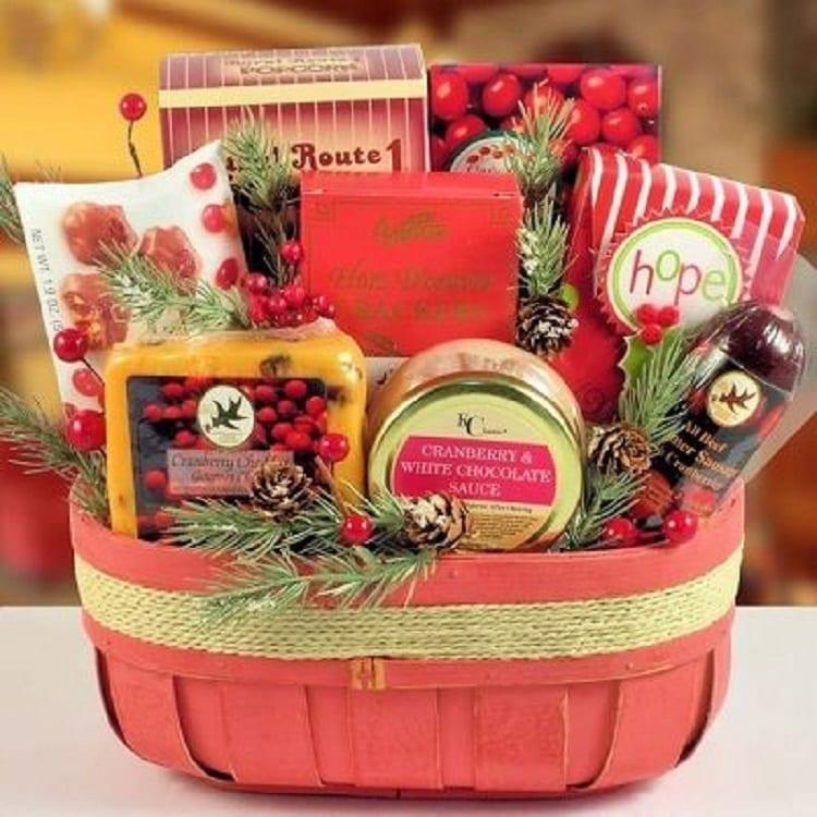 cesta com itens vermelhos