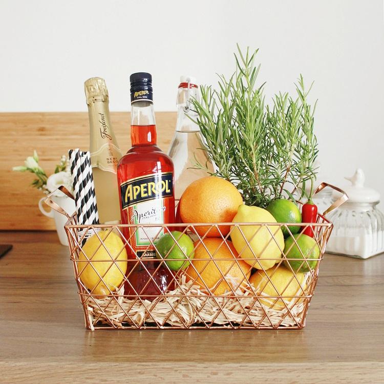 cesto de arame com ingredientes de Aperol Spritz