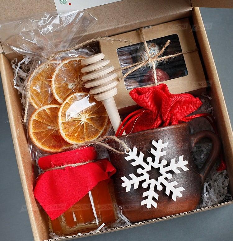 caixa natalina com itens para chá