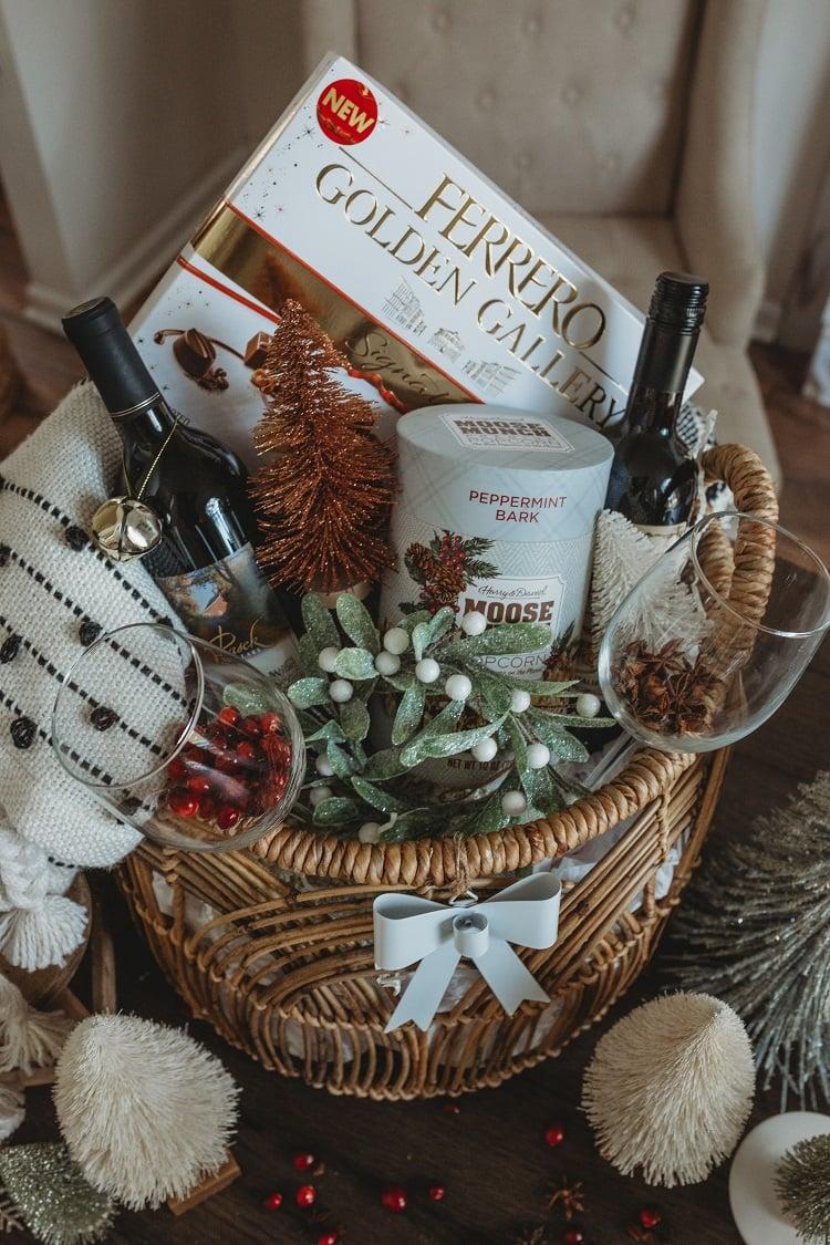 cesta de Natal com vinho e chocolate