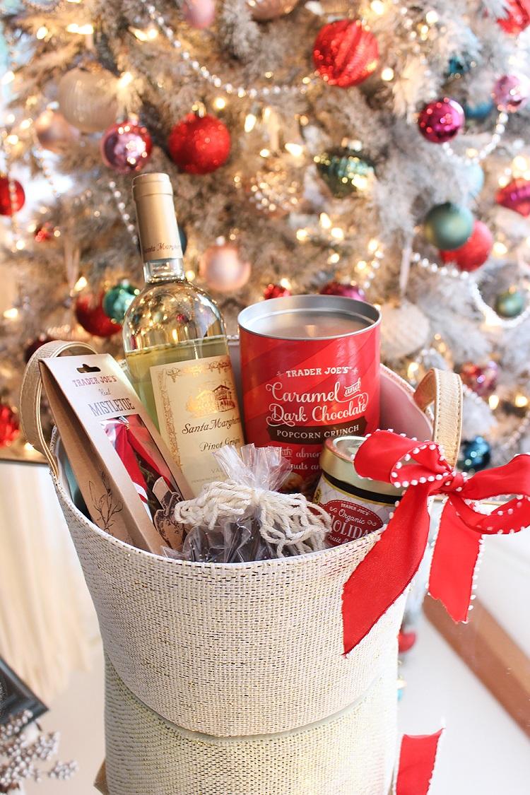 cesta de Natal com vinho e doces
