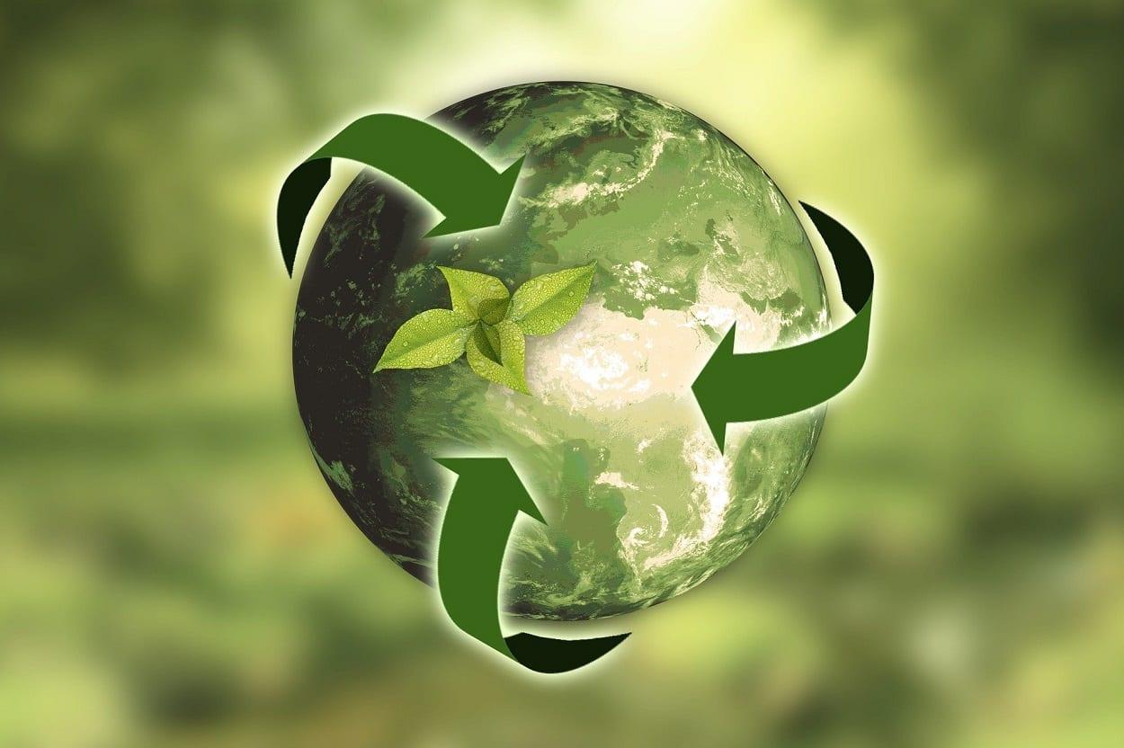 Globo terrestre verde com símbolo de reciclagem e economia circular