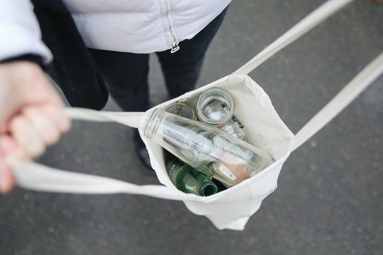 sacola retornável com itens para serem reciclados