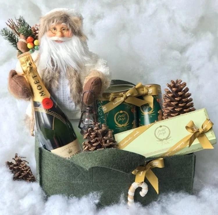 cesta feita de feltro e decorada com pinhas e boneco de Papai Noel