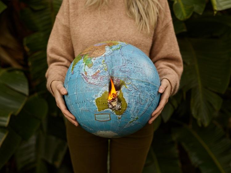 mulher segurando um globo em chamas