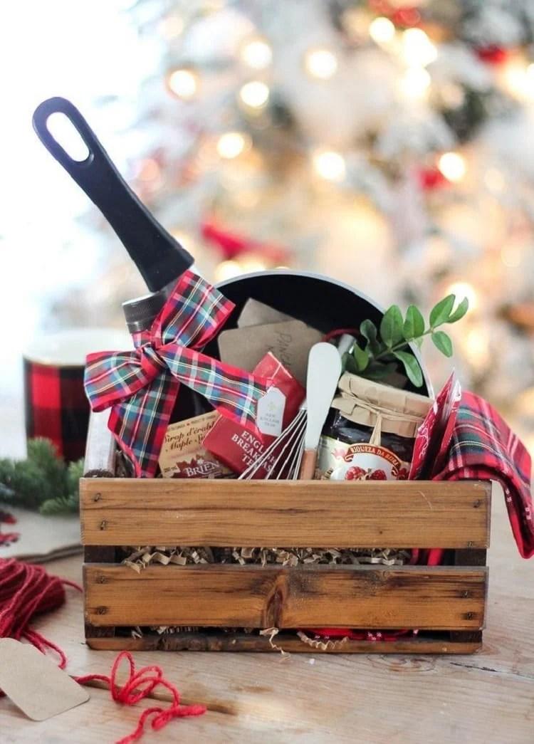 caixote de madeira com utensílios e ingredientes para fazer panqueca em casa