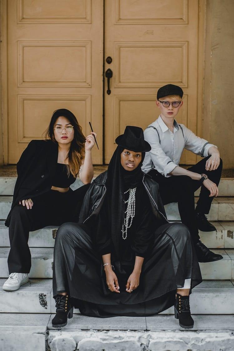 editorial de moda com três modelos sentadas