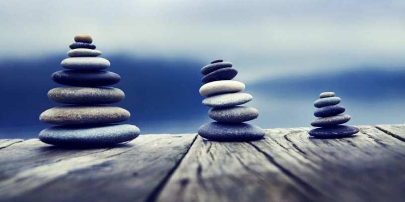 pedras empilhadas simbolizando o equilíbrio que a medicina ayurvédica busca