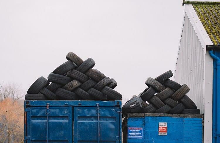 pilha de pneus velhos para reciclagem