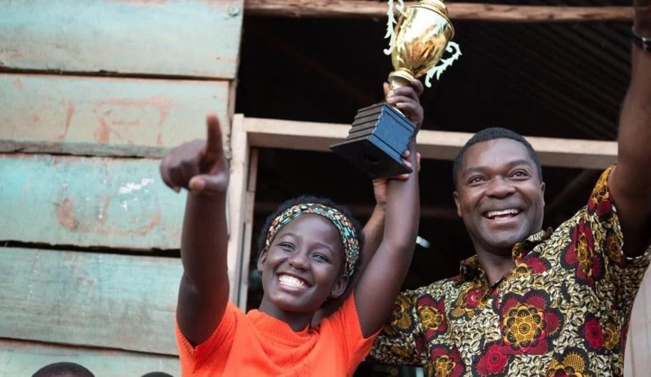 Phiona comemorando premio rainha de katwe