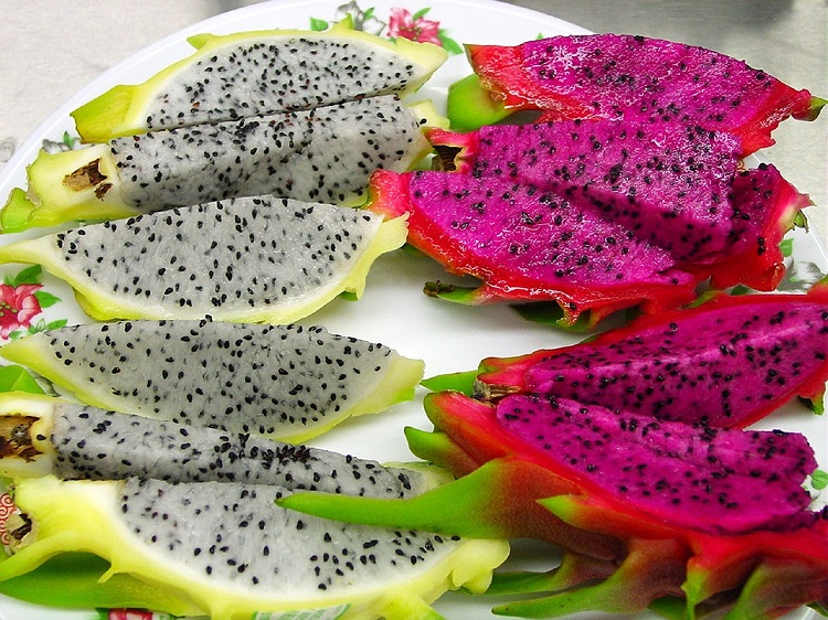 dois tipos diferentes da fruta do dragão fatiadas