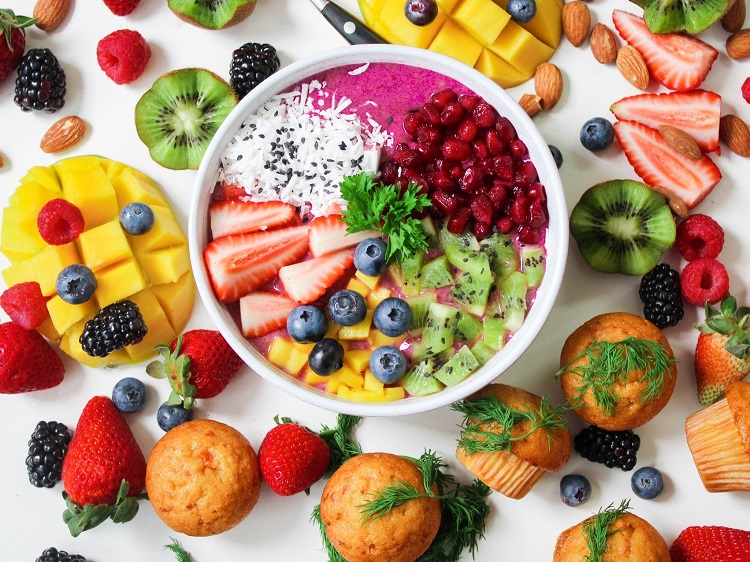 tigela com smoothie rosa e frutas picadas