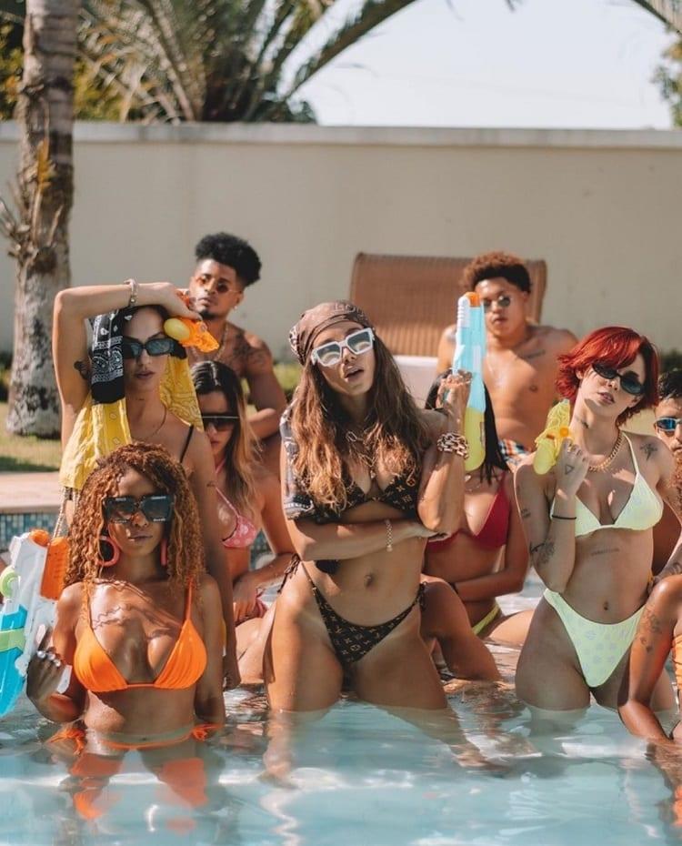 cantora Anitta com seus dançarinos no clipe de Tá com o Papato