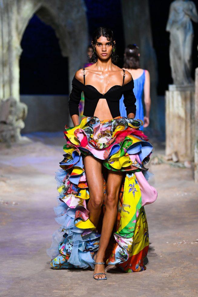 saia com babados desfile Versace