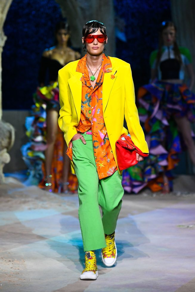 paletó amarelo, camisa laranja e calça verde