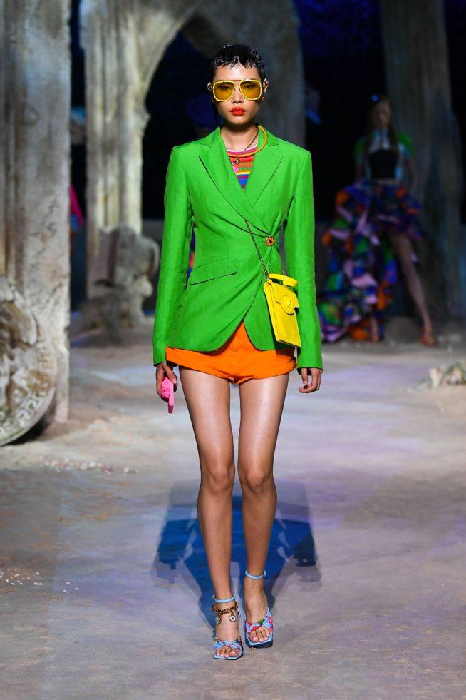 versace coleção verão mulher com blazer verde
