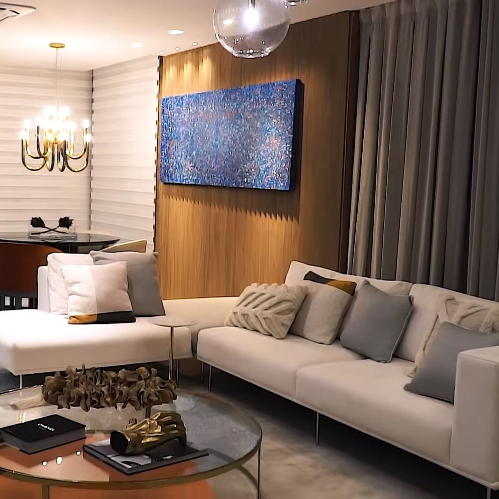Foto mostrando o sofá e decorações da sala.