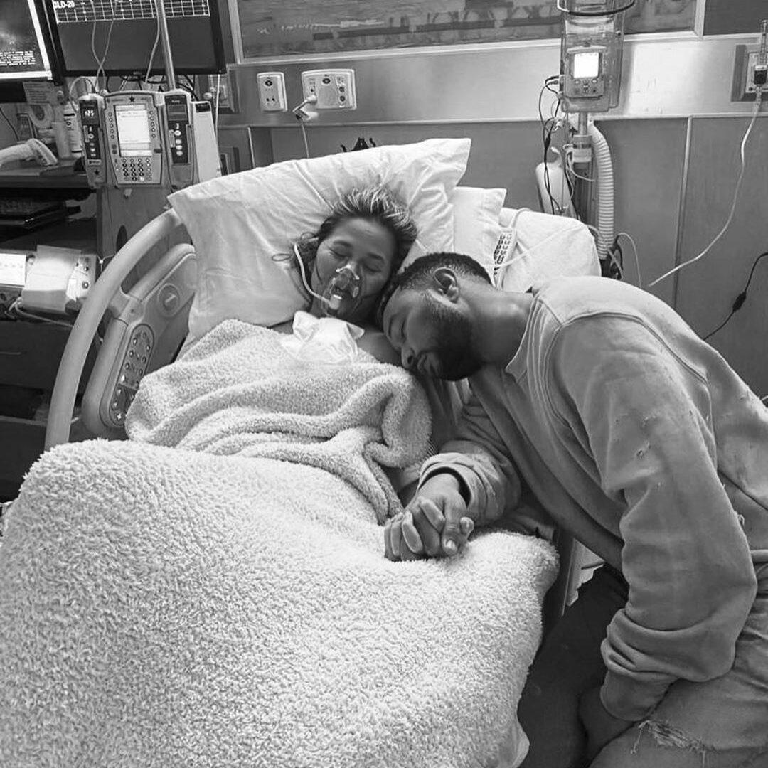 Chrissy Teigen e John Legend em hospital