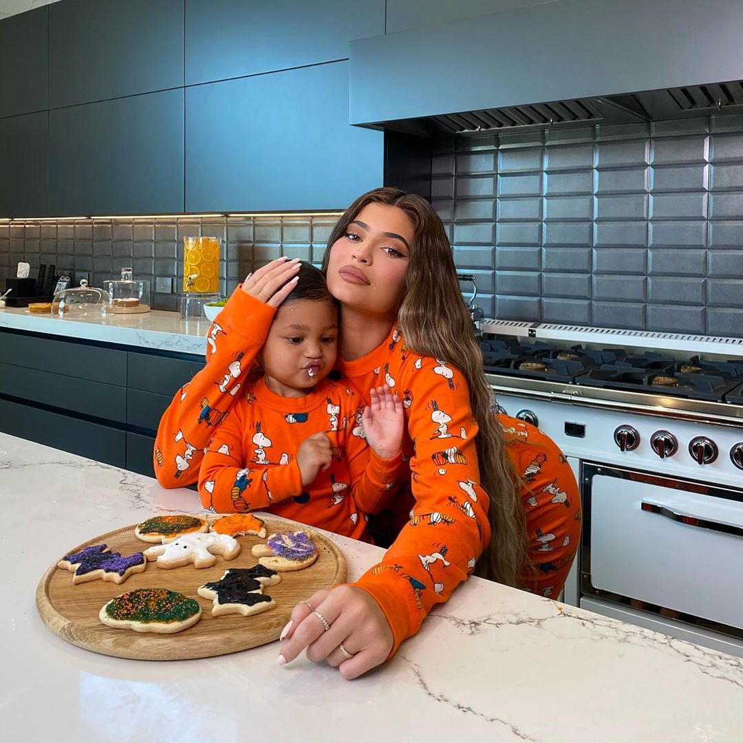 presentes surreais: Foto de Kylie Jenner e sua filha com pijamas.
