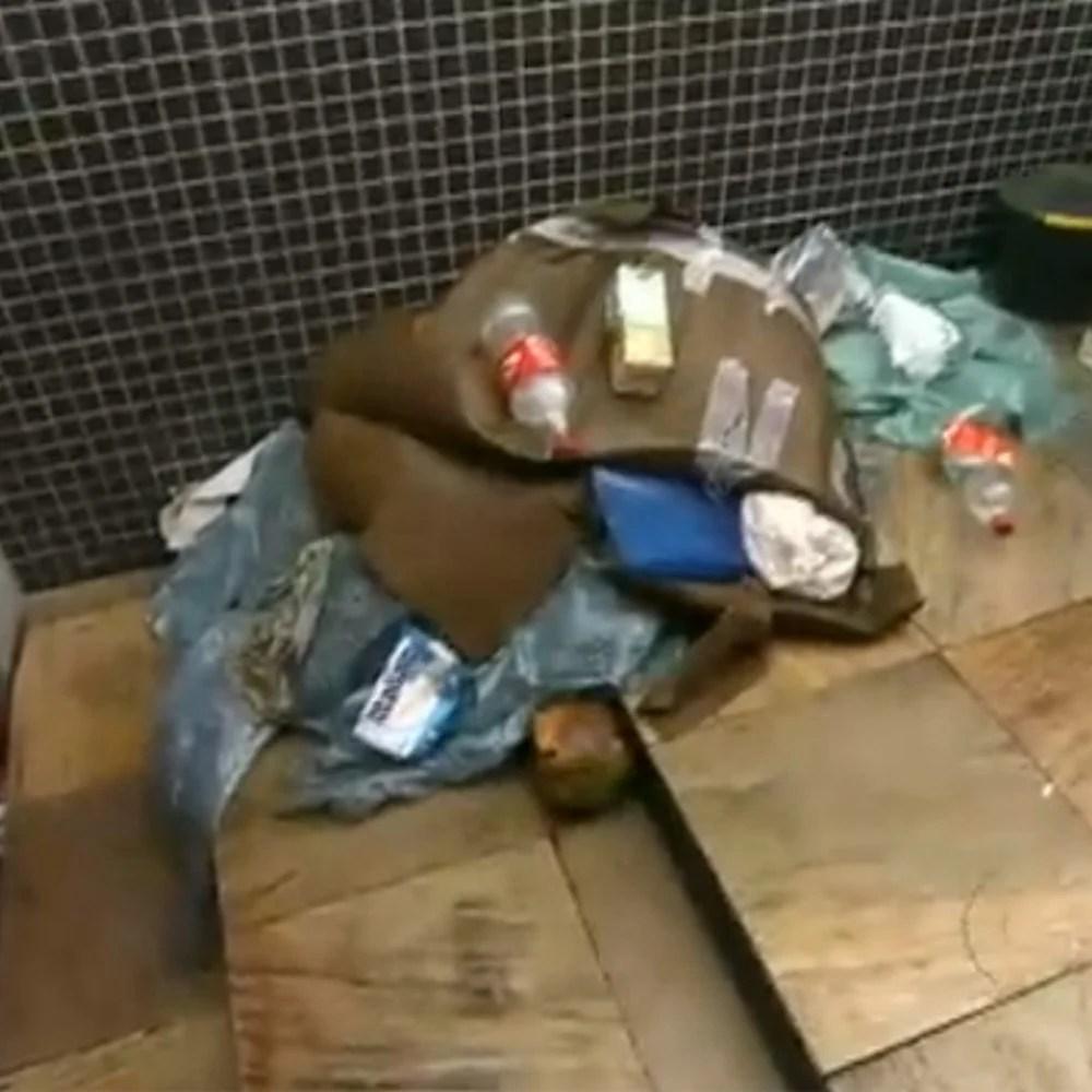 Lixo encontrado na entrada da casa após ser reformado pelo Lar Doce Lar