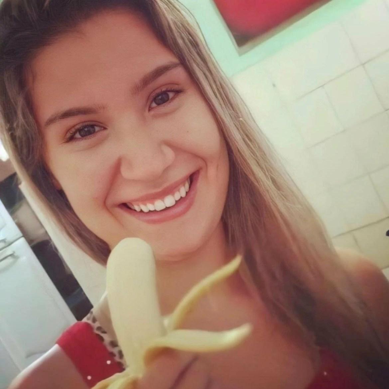 Ex-bbb segurando banana. foto de 10 anos atrás
