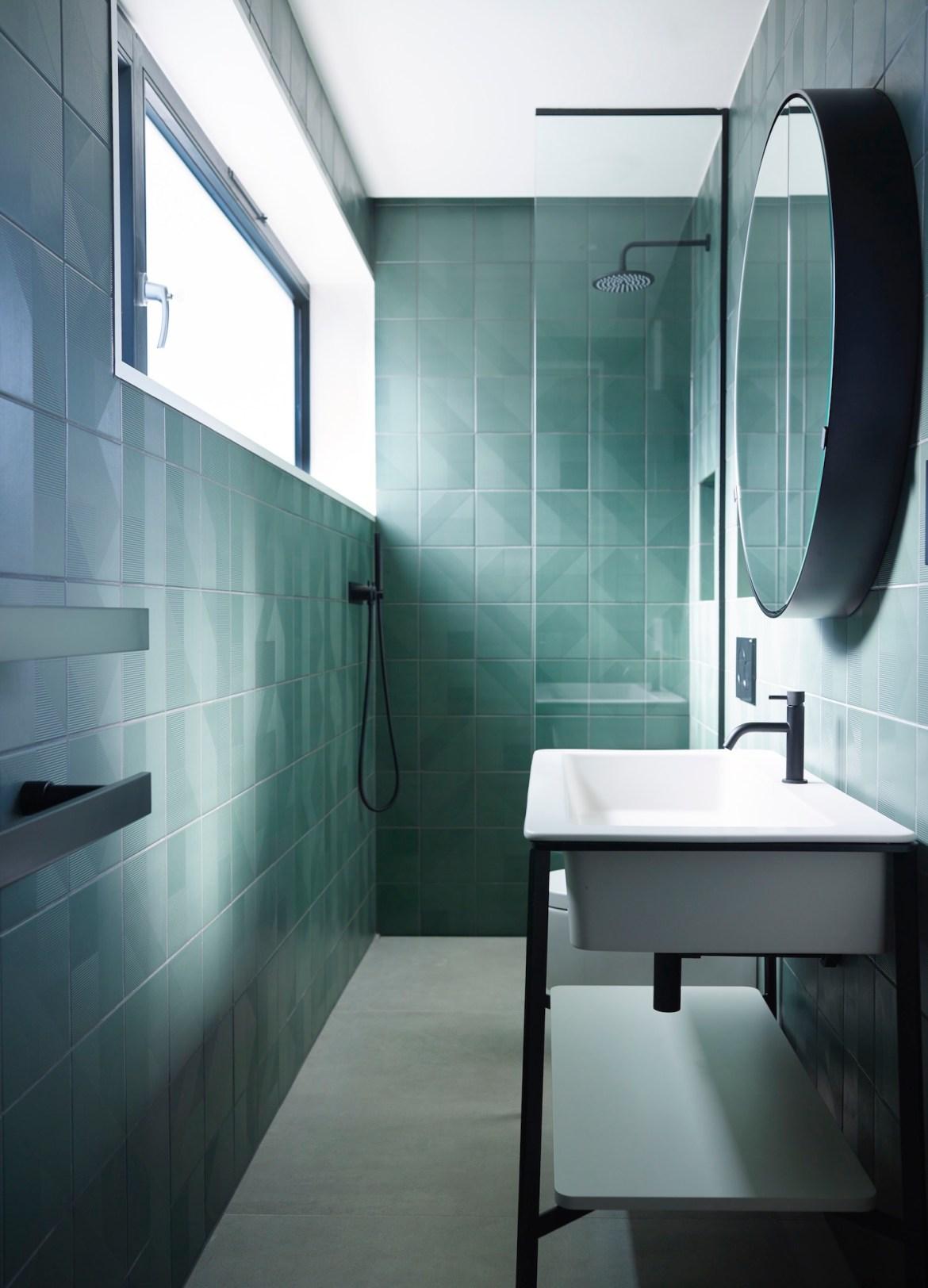 Banheiro pequeno decorado em verde