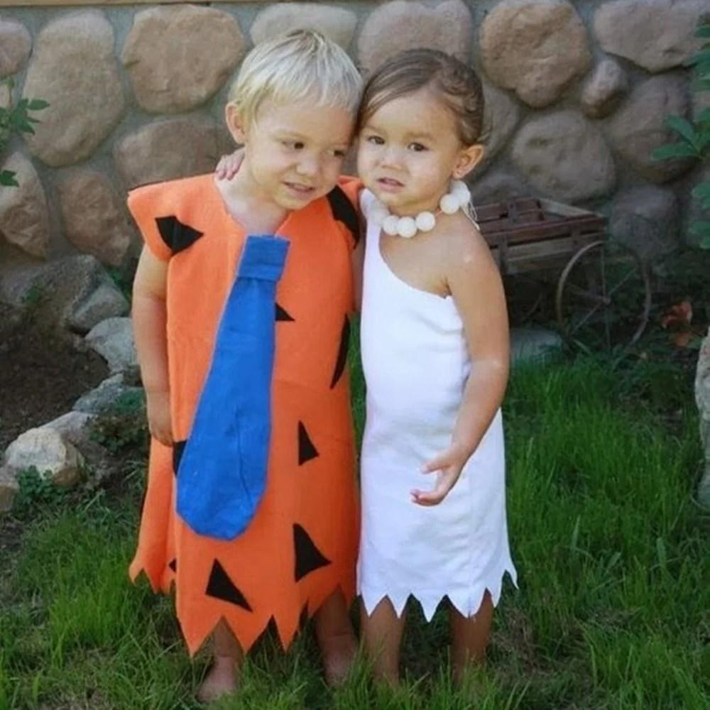 Crianças com fantasias dos Flintstones.