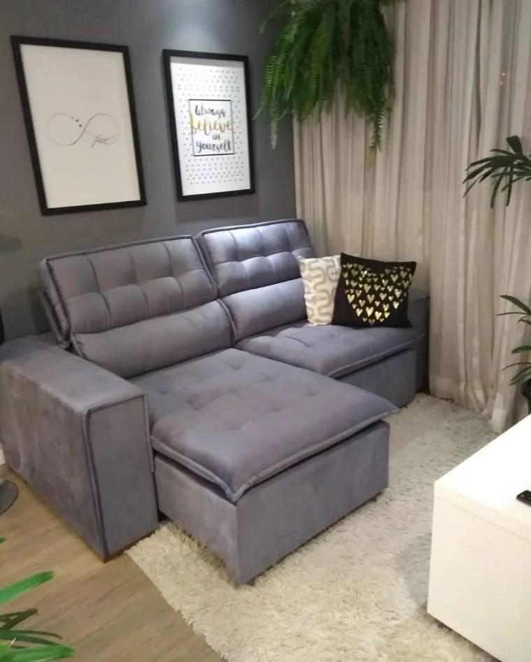 Sala com sofá cinza retration