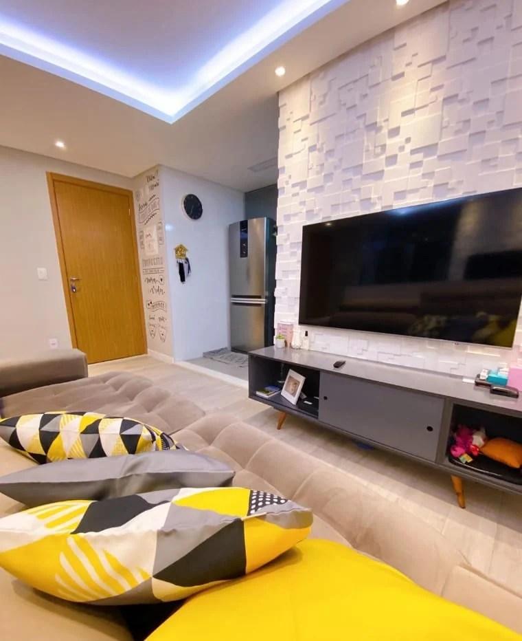 Sala com artigos amarelos