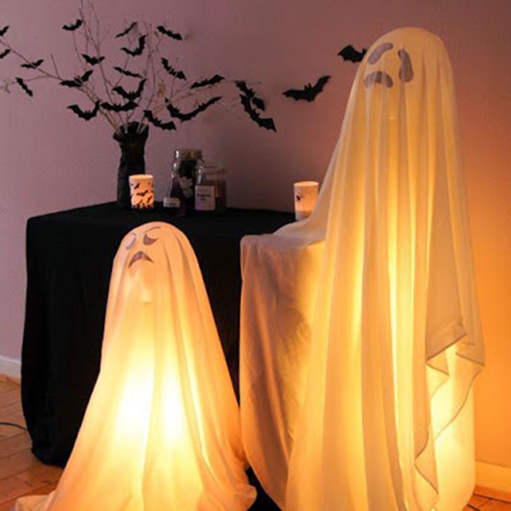 Fantasma feito com bexiga com gás hélio, lençóis e luzes.