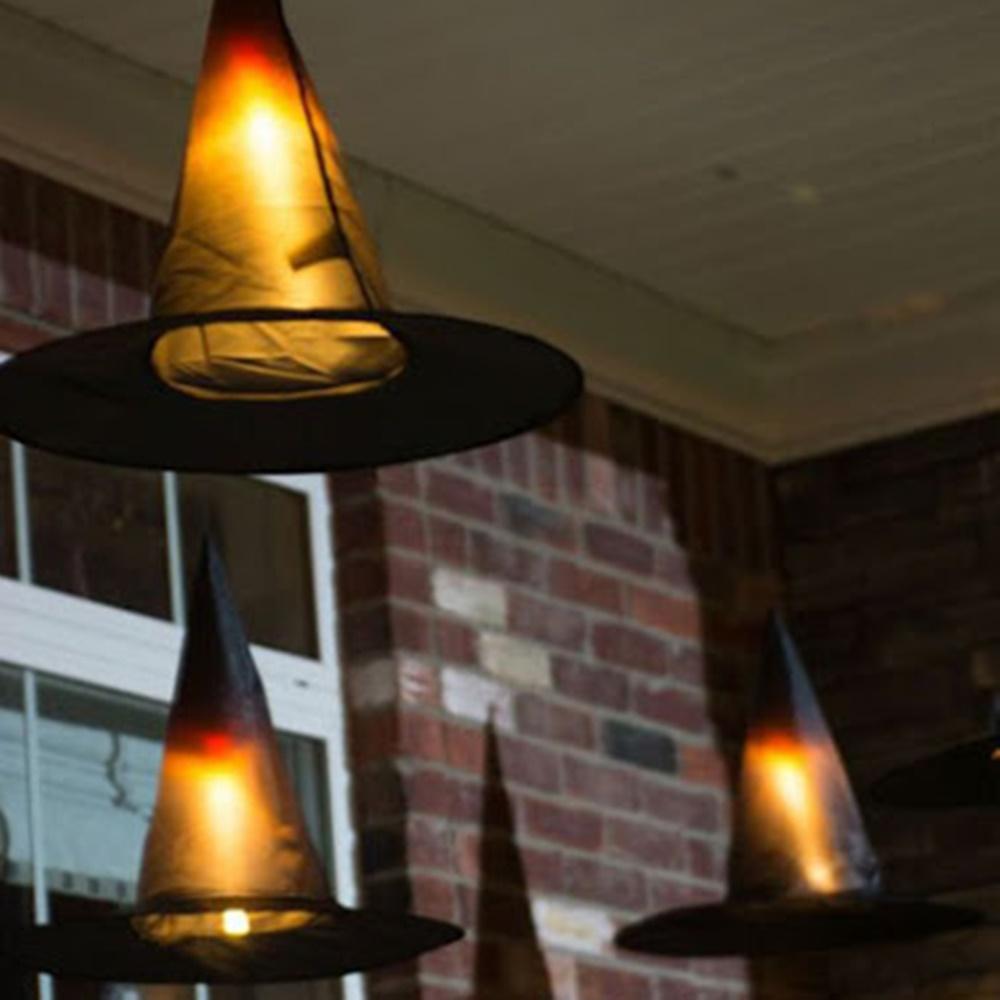 Chapéu de bruxas pendurados com luzes - Halloween em casa