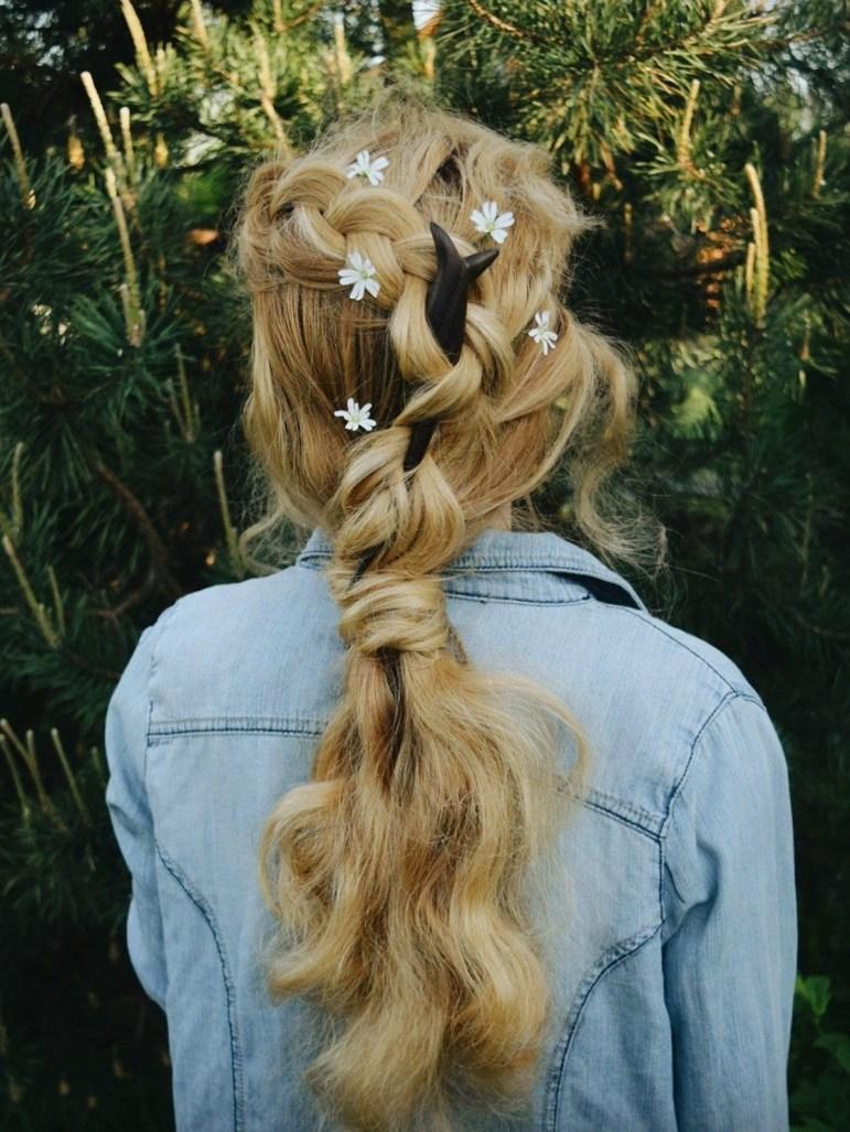 Cottagecore: Flores e tranças em penteado para o campo