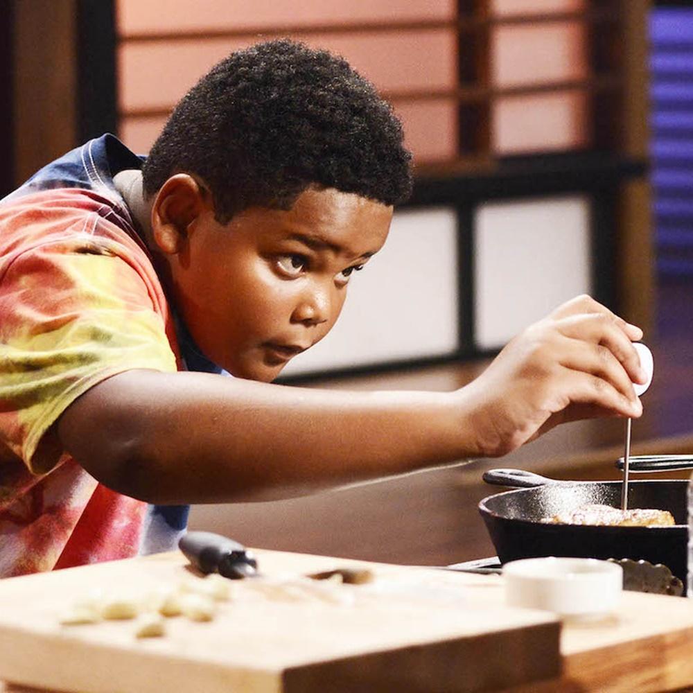 Garoto Ben cozinhando no MasterChef.
