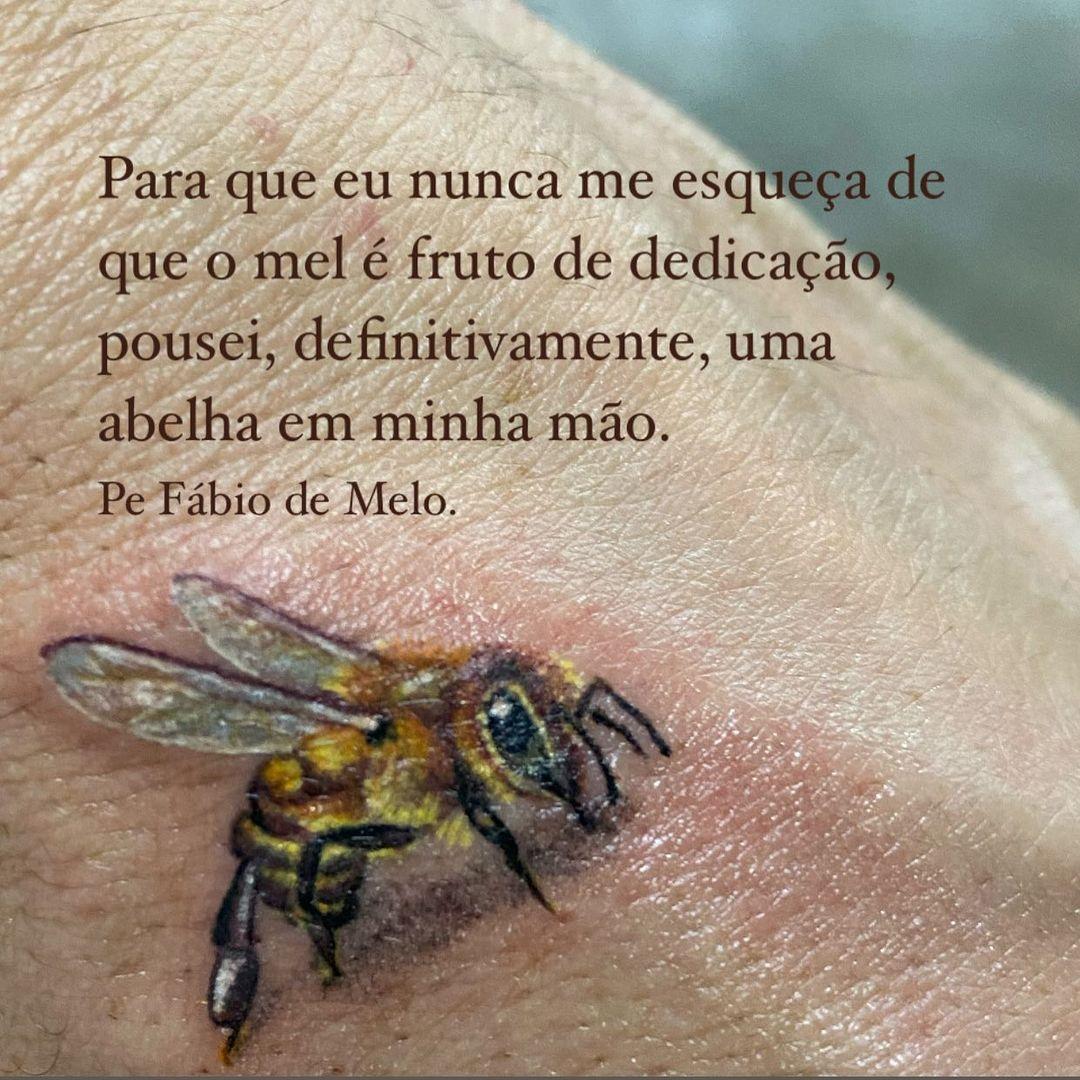 Significado da abelha do Padre: Para que eu nunca me esqueça de que o mel é fruto de dedicação, pousei, definitivamente, uma abelha em minha mão.