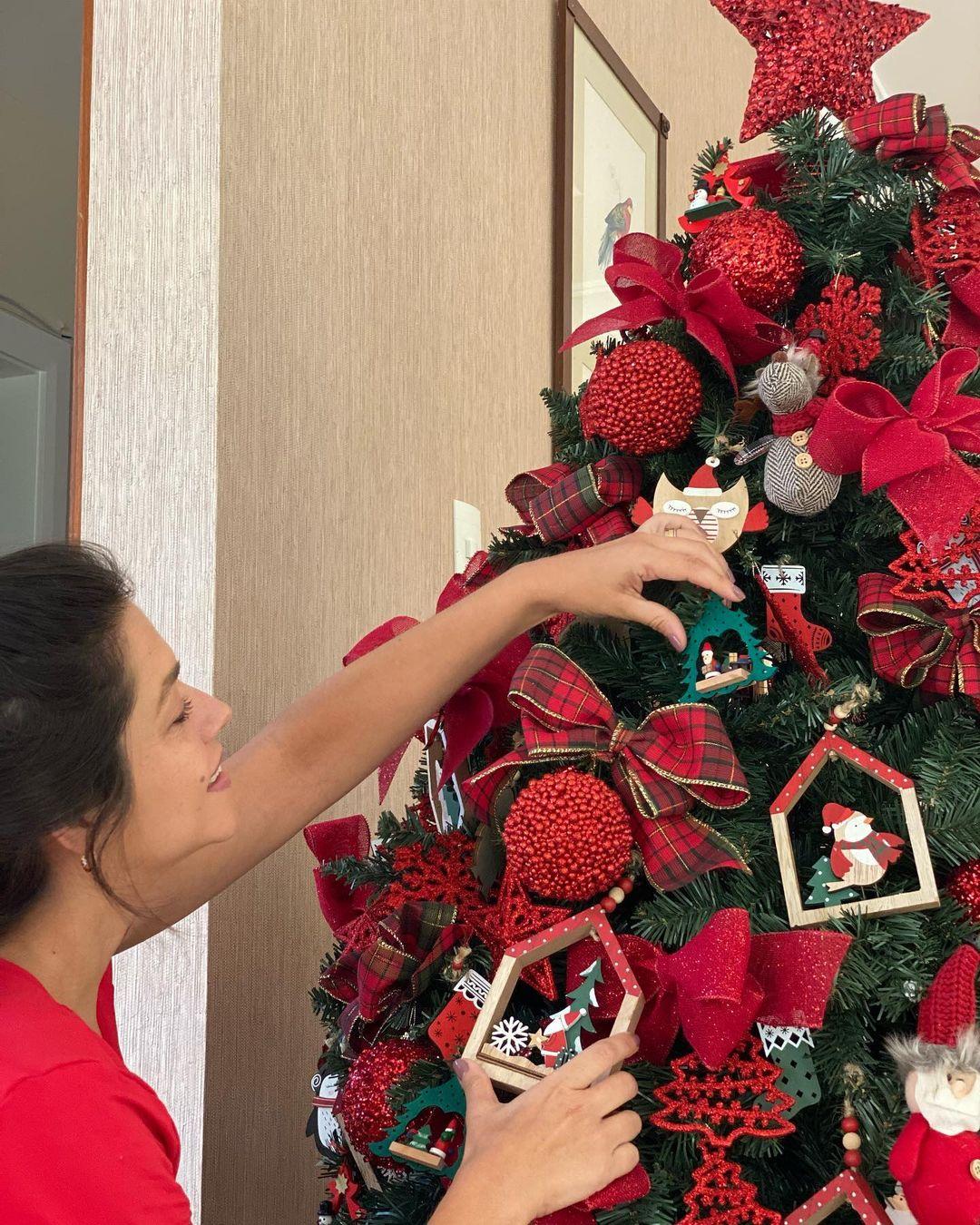 Thaís Fersoza montando decorações de fim de ano.