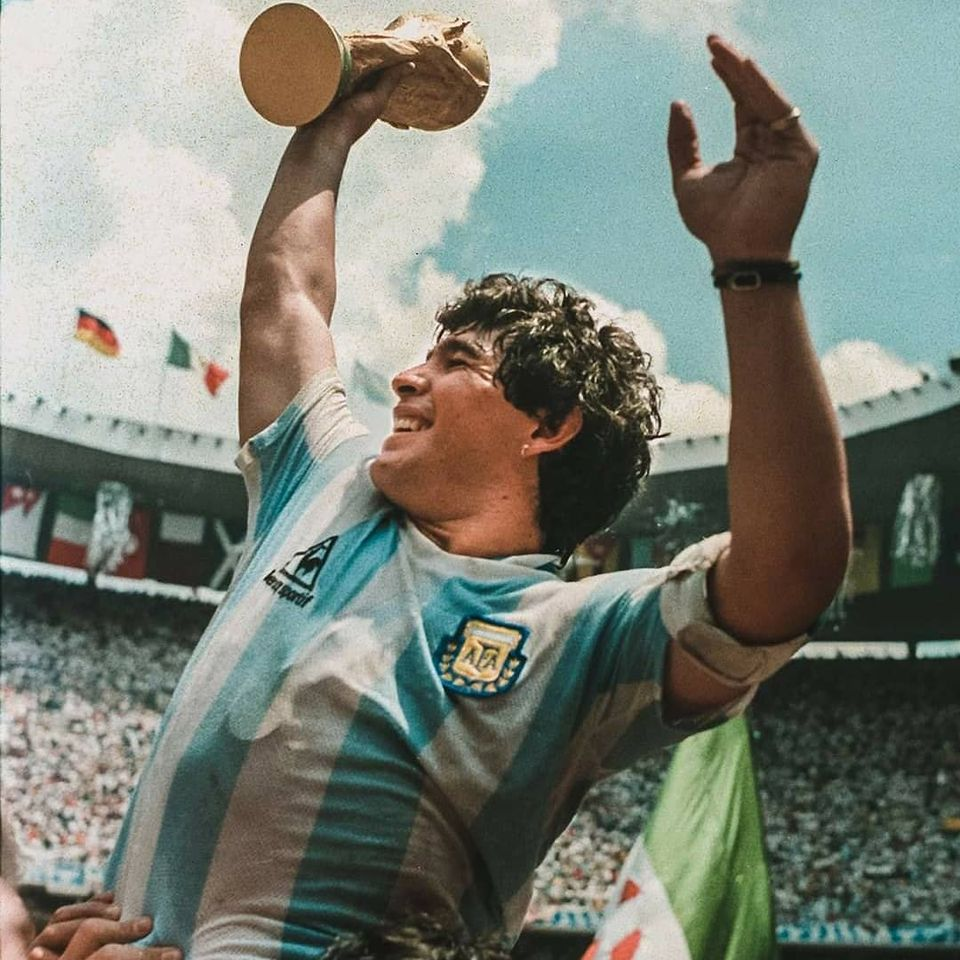 Diego Maradona levantando taça.