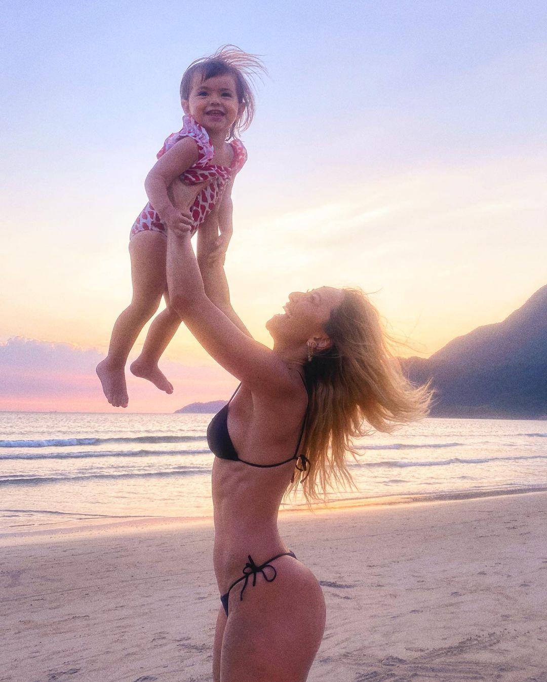 Pequena Zoe no braços da mamãe, Sabrina Sato.