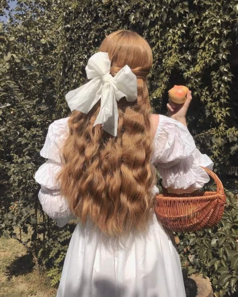 Cottagecore: Laço gigante em penteado semi-preso.
