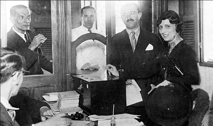 Celina Guimarães Viana, a primeira eleitora do Brasil, vota em 1928 no RN.