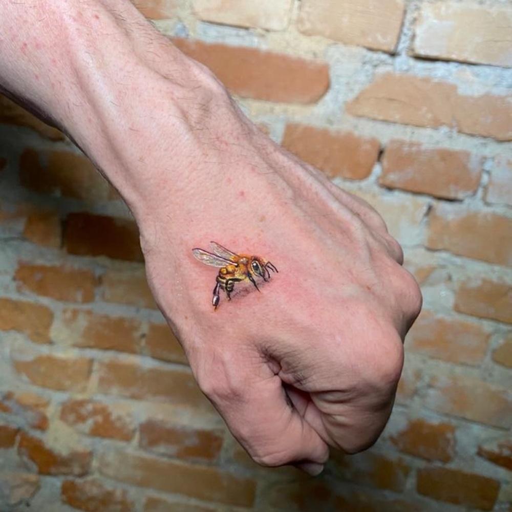 Tatuagem de abelha.