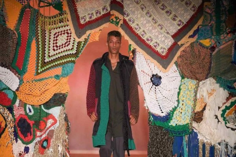 Modelo usando casaco em Crochê