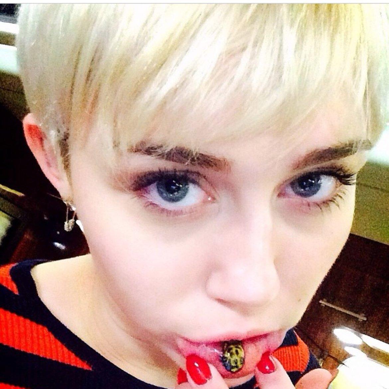 Emoji tatuado de Miley Cyrus.