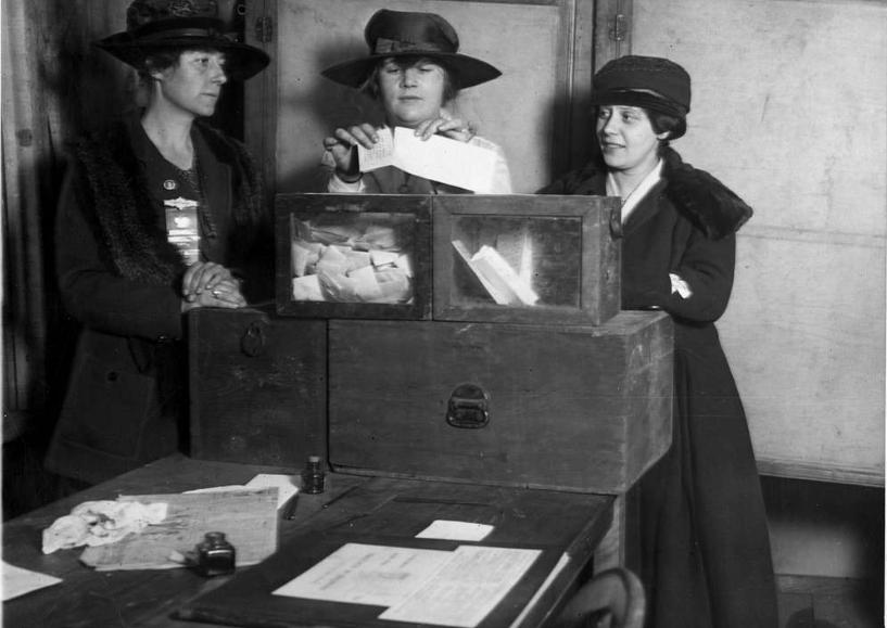 Três sufragistas contando votos em Nova York, ca. 1917.