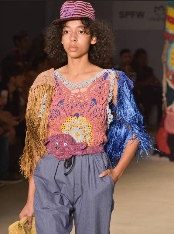 Modelo usando blusa crochê colorido