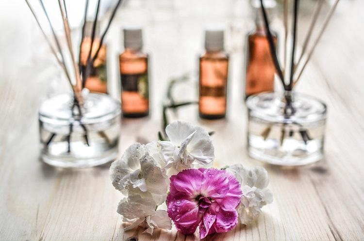 óleo essenciais e difusor de vareta são soluções para acabar com o mau cheiro