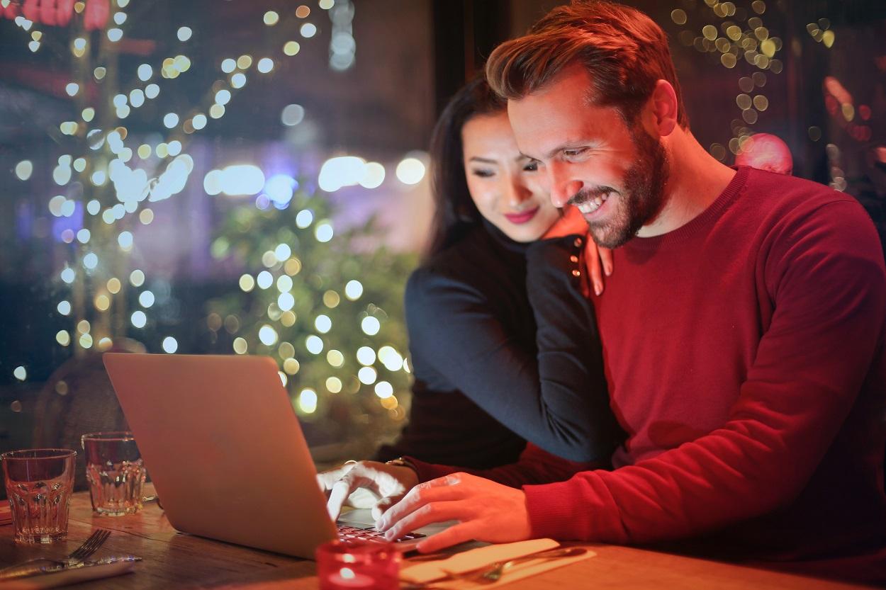 casal em frente a um computador procurando ofertas para economizar na Black Friday